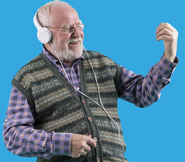 idoso curtindo uma música depois de aprender TikTok - ele veste camisa e um colete, é careca e tem barba e bigode. Está com fone de ouvido branco e simula tocar uma guitarra, divertindo-se